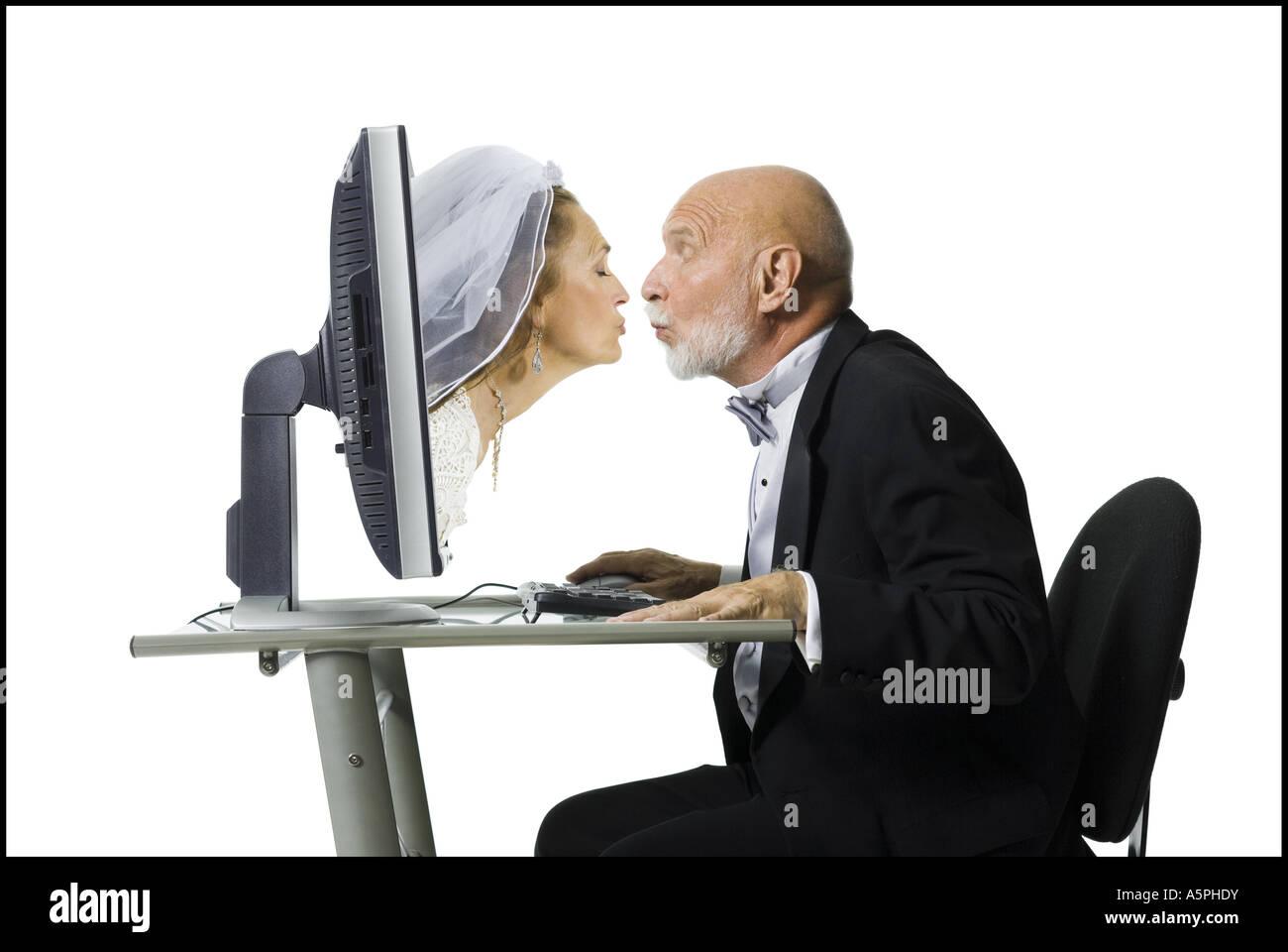 Ältere Frauen küssen Frauen