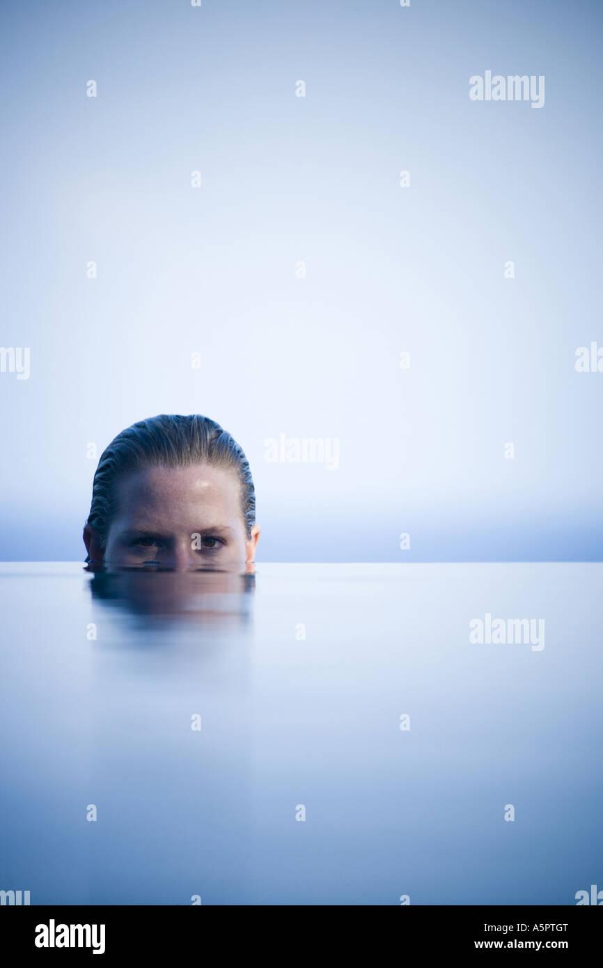 Porträt einer jungen Frau im Wasser Stockbild