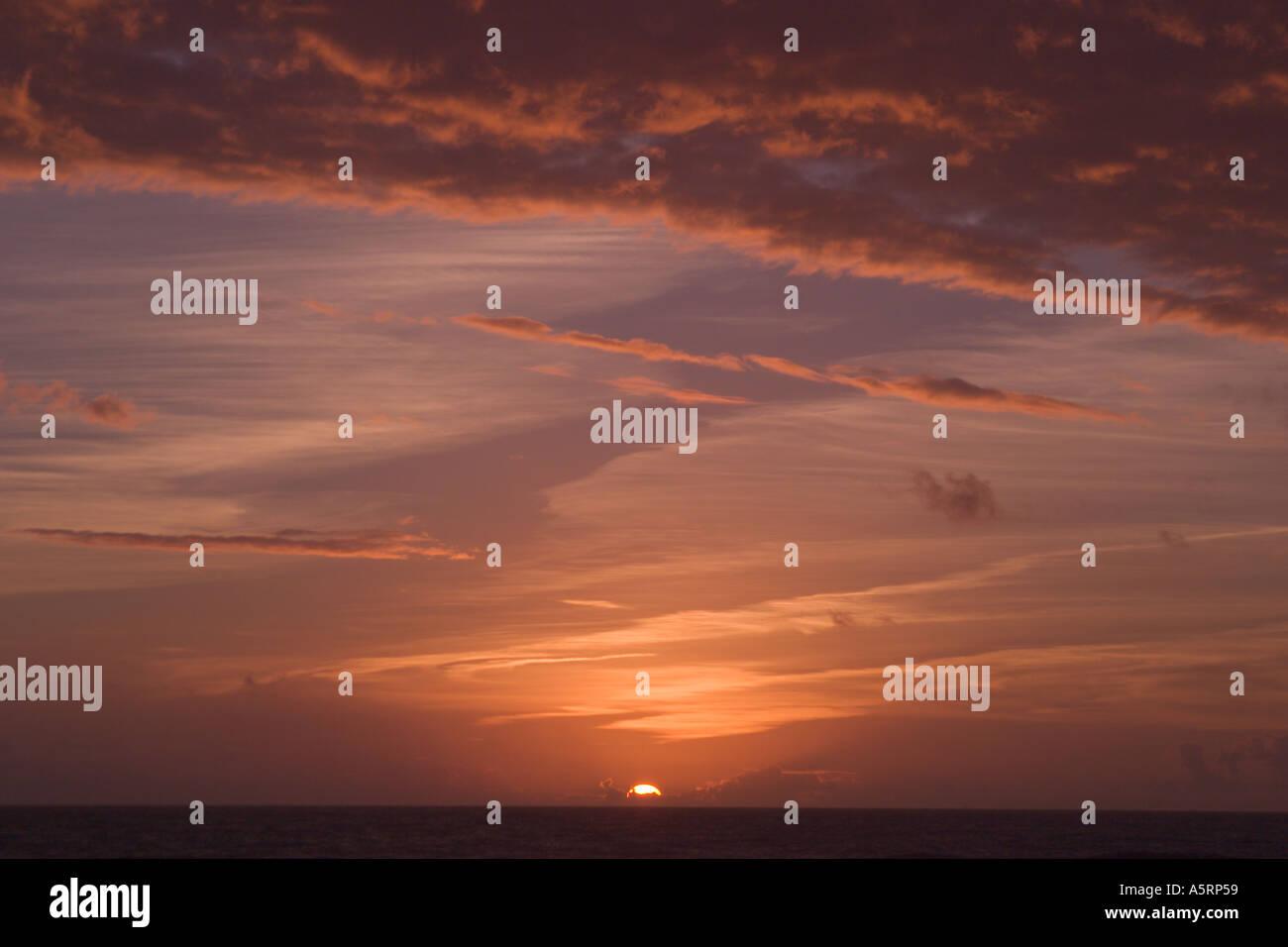 Sonnenaufgang oder Sonnenuntergang bei bewölktem Himmel Stockbild