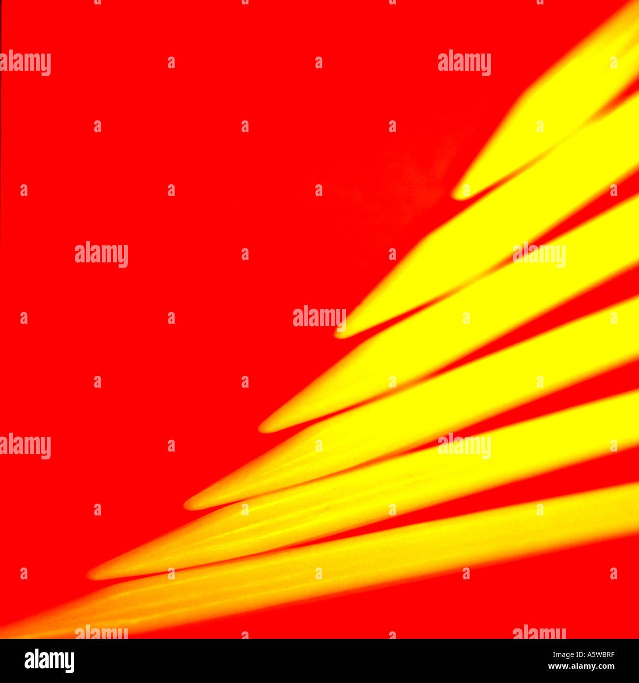gelben Spitzen auf rot Stockbild