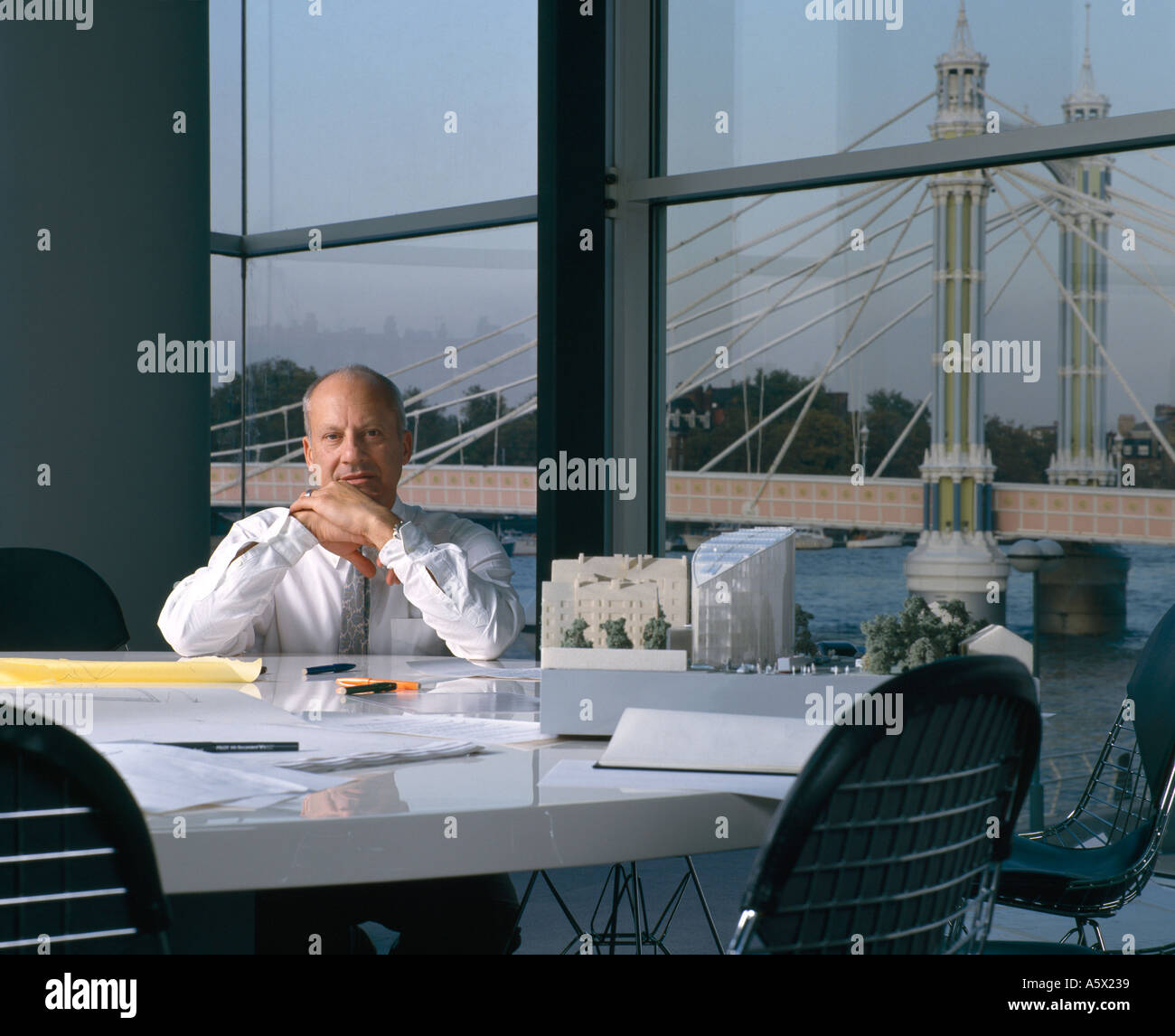 Sir Norman Foster an seinem Schreibtisch. Porträts von Architekten und Designern. Stockbild