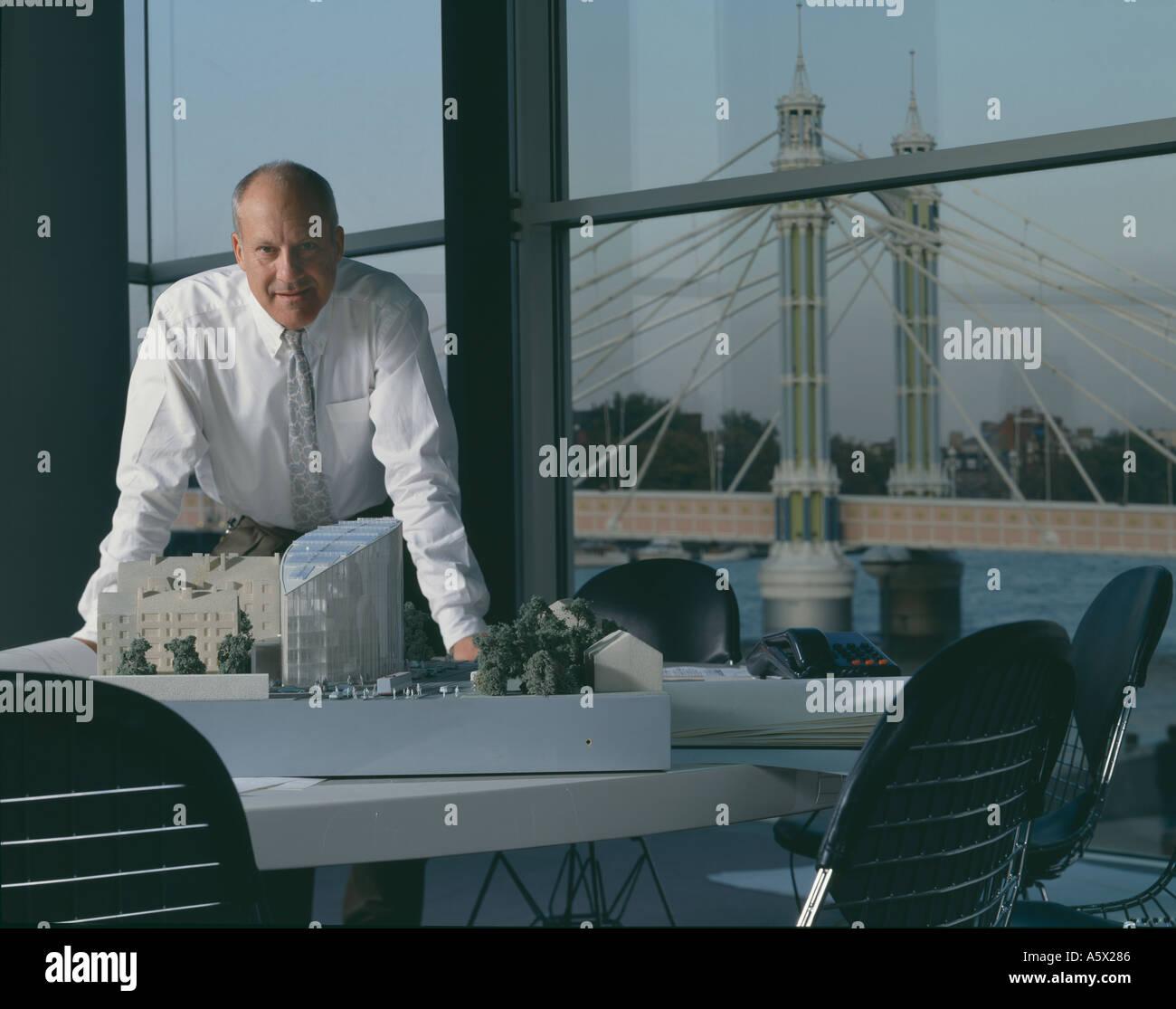 Sir Norman Foster in seinem Büro. Porträts von Architekten und Designern. Stockbild