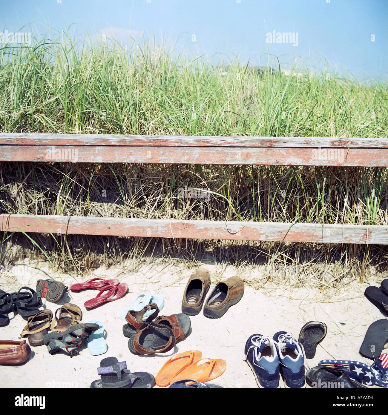 Schuhe in den Dünen am Strand typisch für die Menschen in New York Hamptoms entfernen ihre Schuhe vor die weichen auf den Strand Stockbild