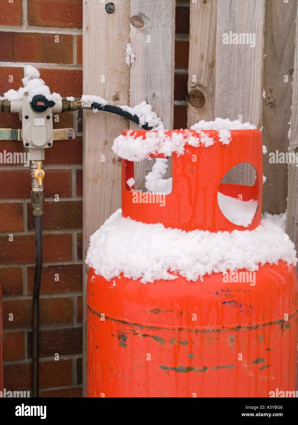inl ndische rote calor gasflasche ventil auf mauer mit winterschnee auf zylinder holzzaun. Black Bedroom Furniture Sets. Home Design Ideas
