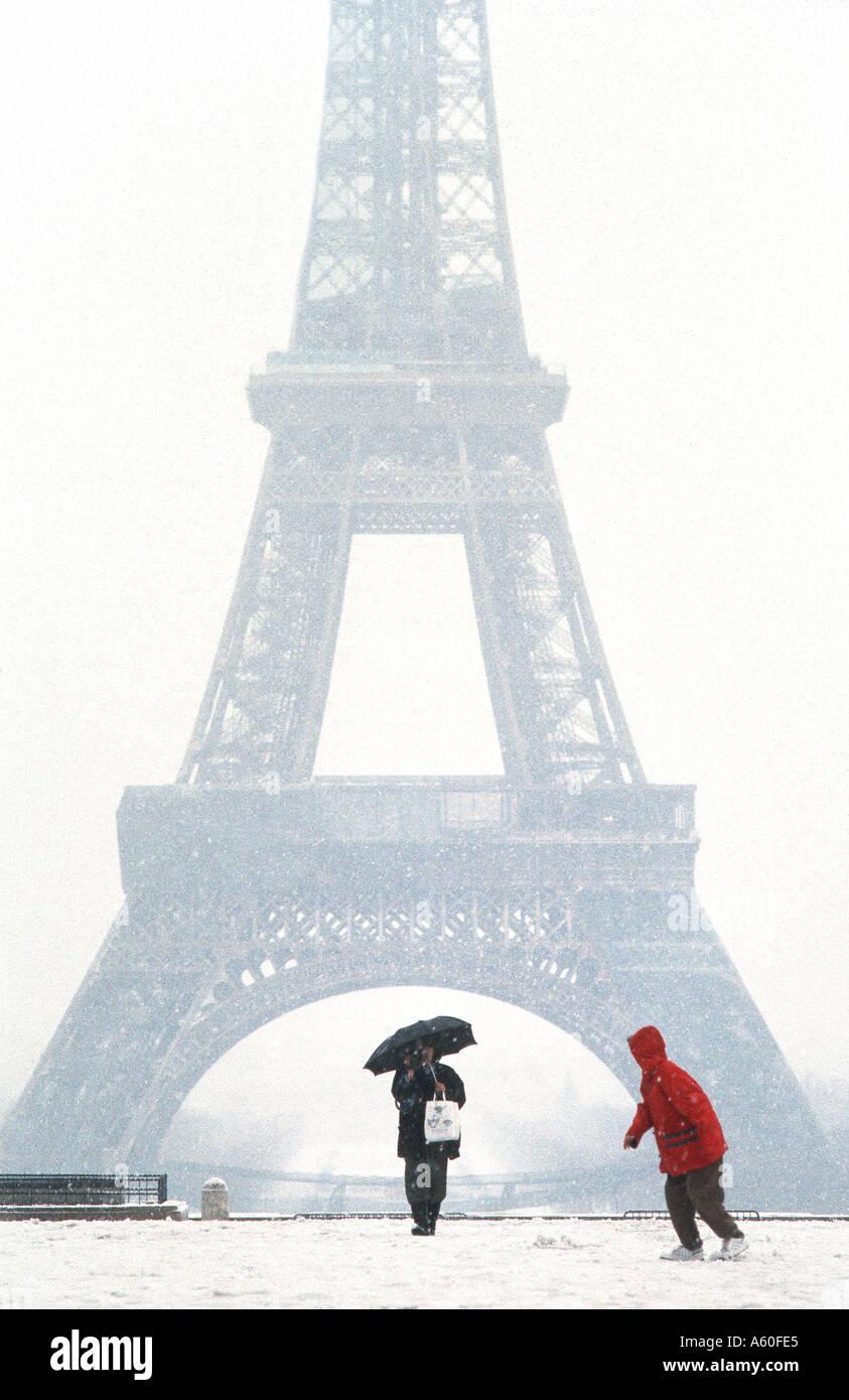 Touristen Promenierenden im Winter, Paris Frankreich, Eiffelturm Blick von trocadero im Schnee Sturm Kind kalt Stockbild