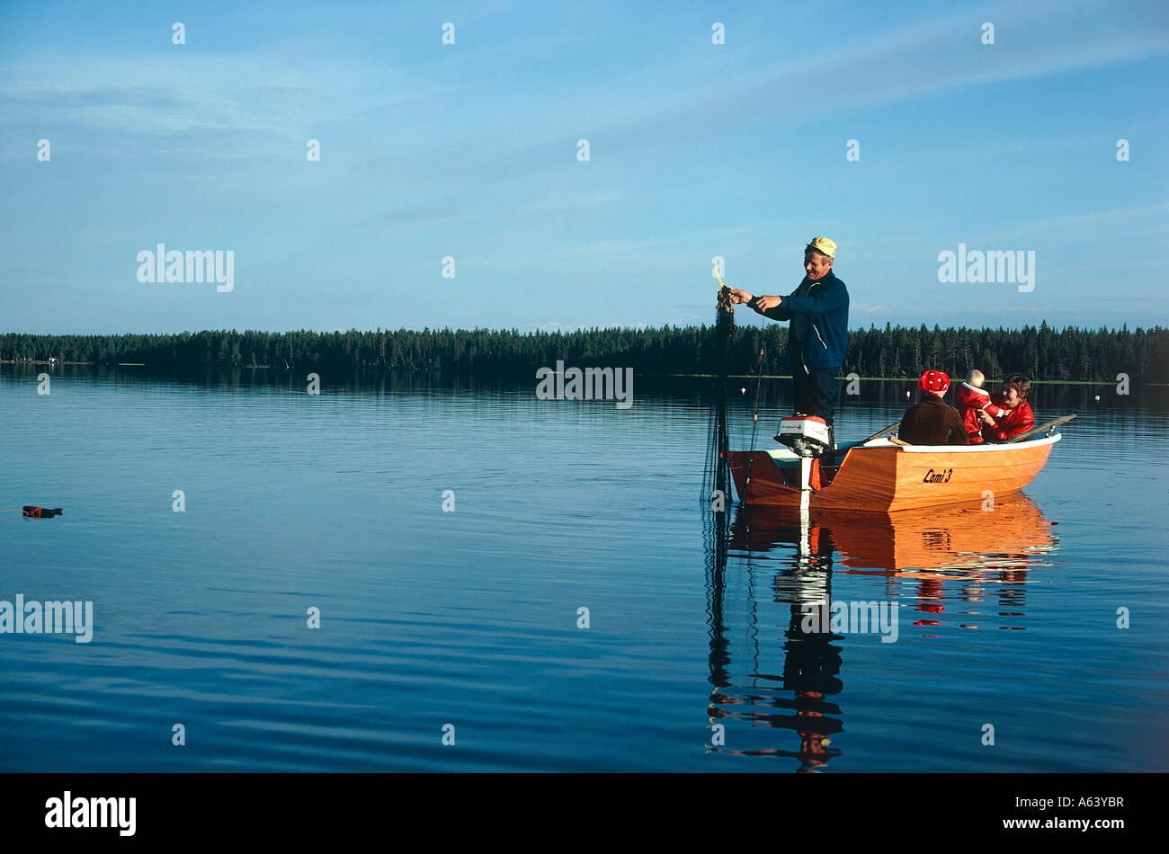 Fischer auf See Kallavesi am Morgen in der Nähe der Stadt Kuopio Region Nord Savo Finnland Stockbild