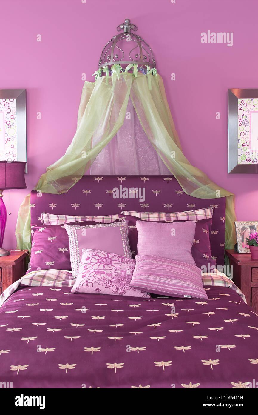 Hübsche Mädchen Bett lila Schlafzimmer, USA Stockfoto, Bild ...