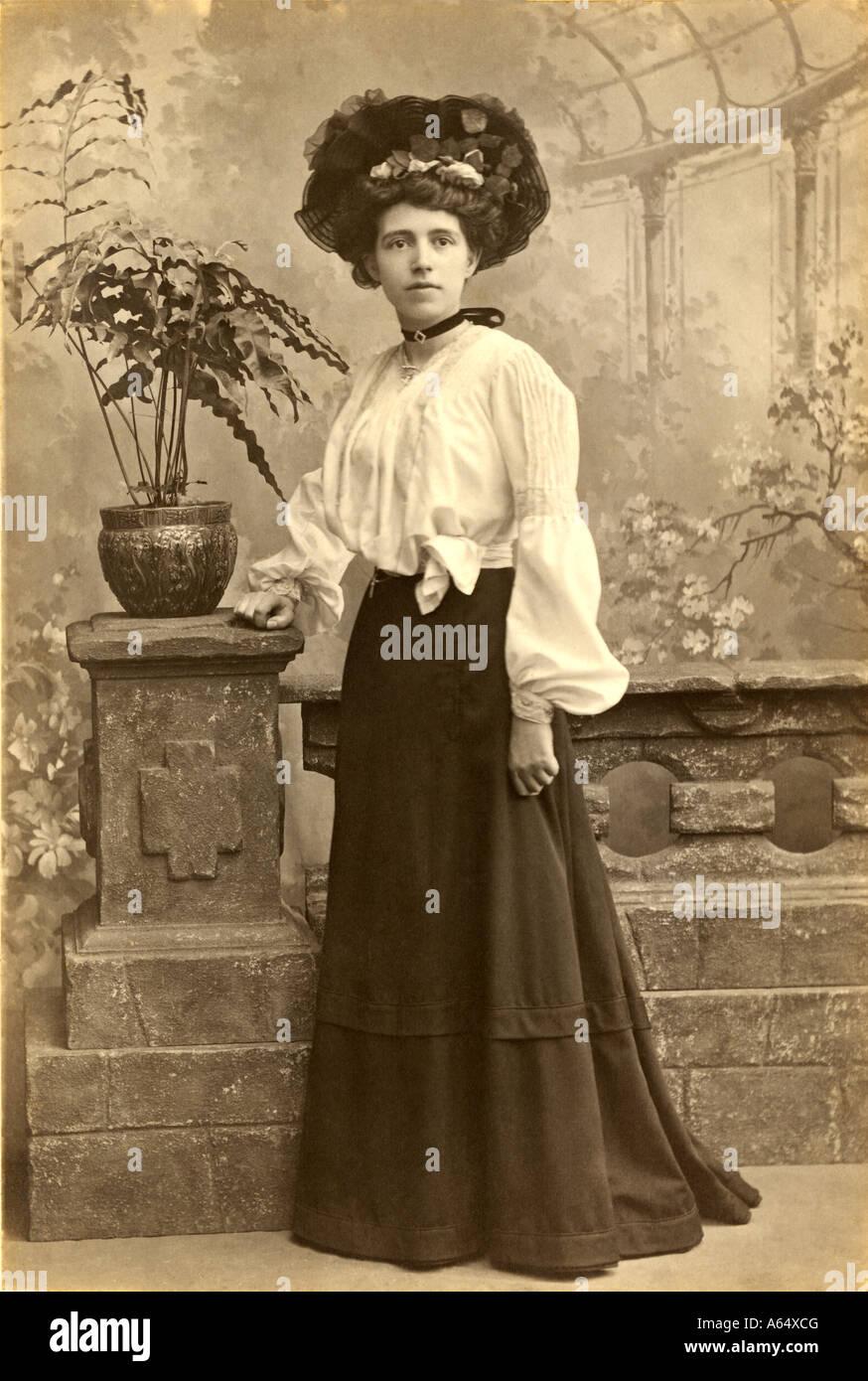Studio Portrait einer modischen jungen Edwardian Frau im Alter von 19 Jahren alt, blous, Hülsen, Rock, datiert Stockbild