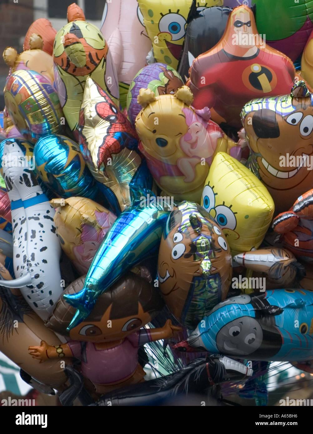 Ballons zum Verkauf an der Worcester Weihnachtsmarkt. Worcester England UK Stockbild