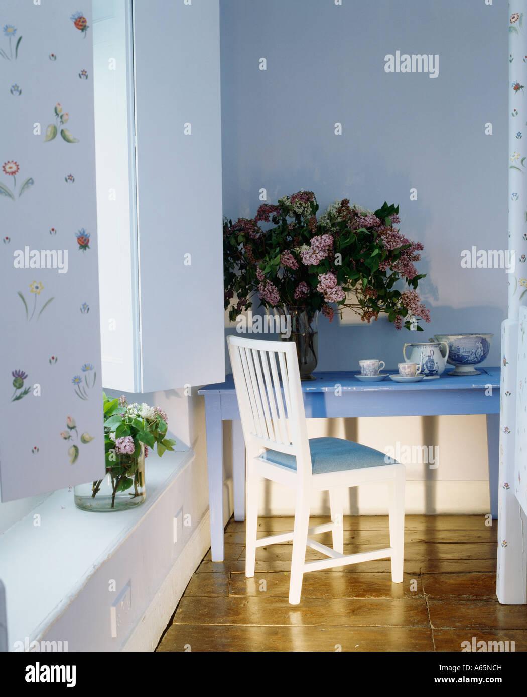 Ecke Des Blaues Zimmer Mit Weißen Stuhl Und Blauer Schreibtisch Mit Gesteck