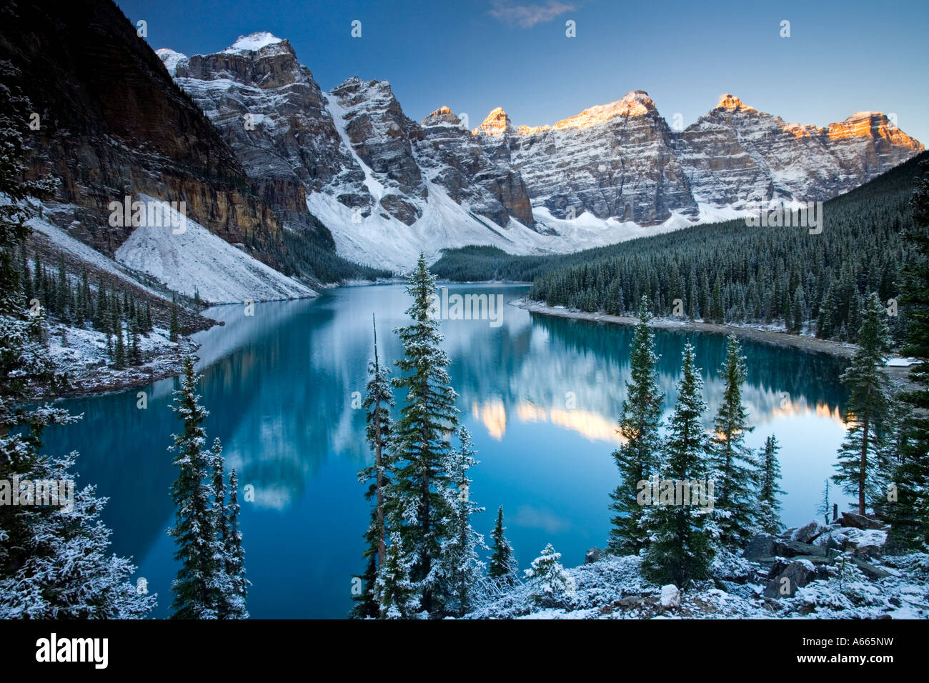 Winter Schnee am Moraine Lake, Banff National Park, kanadische Rockies Stockbild