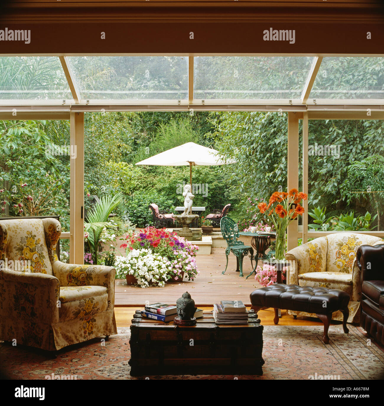 sessel im glas wintergarten wohnzimmer erweiterung mit glas schiebet ren terrasse zum belag. Black Bedroom Furniture Sets. Home Design Ideas