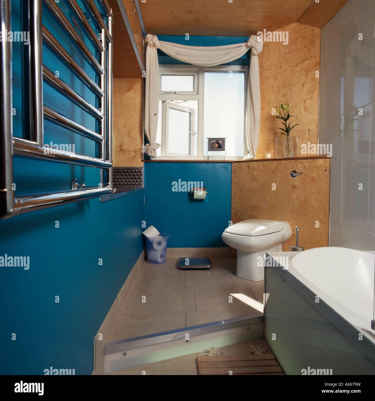 Doppelboden In Blauen Badezimmer Mit Kork Wand Wc Stockfoto Bild
