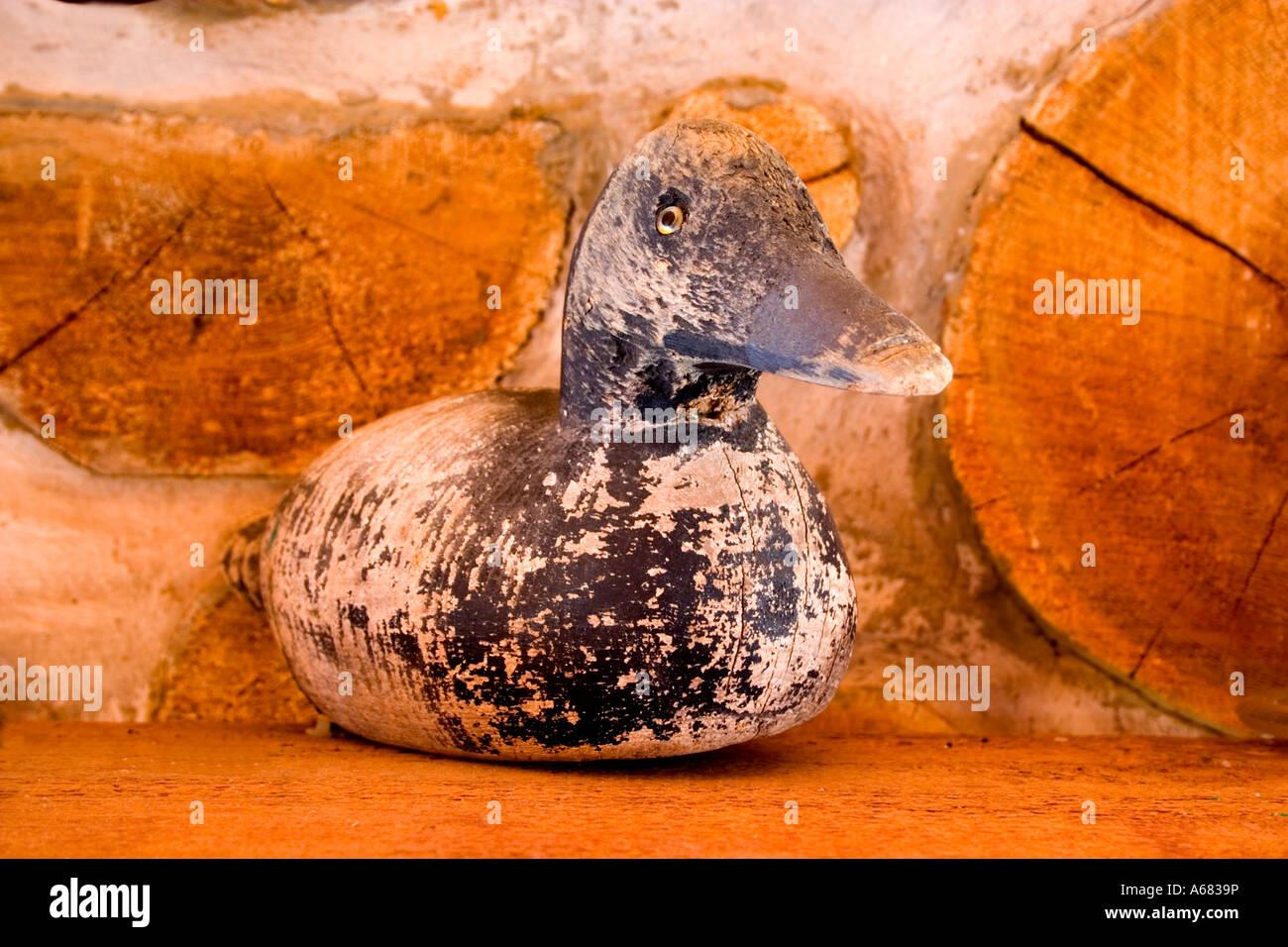 Verwitterte Geschnitzte Ente Köder Auf Kamin Kaminsimses Der Hütte Ruhe  Kommen. Kabel Wisconsin USA
