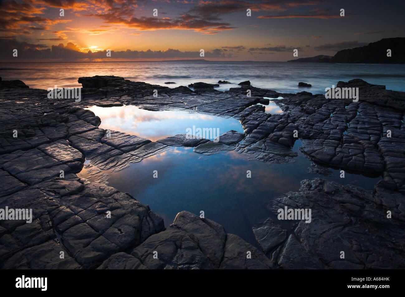 Felsenpools auf Felsenleisten Kimmeridge Bay Stockbild