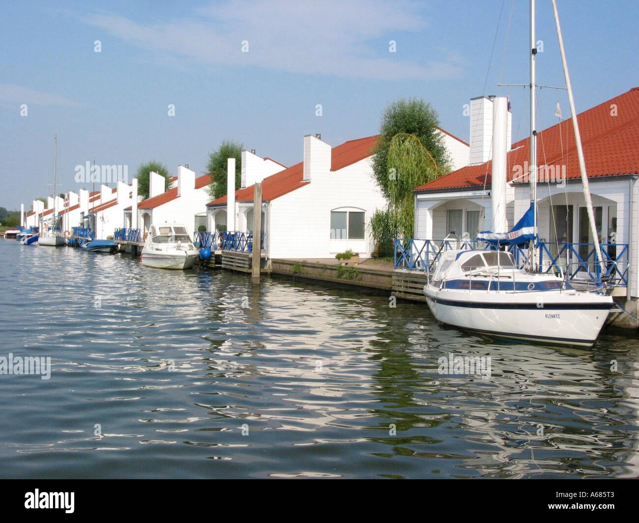 Resort Marina Oolderhuuske mit schwimmenden Häuser auf