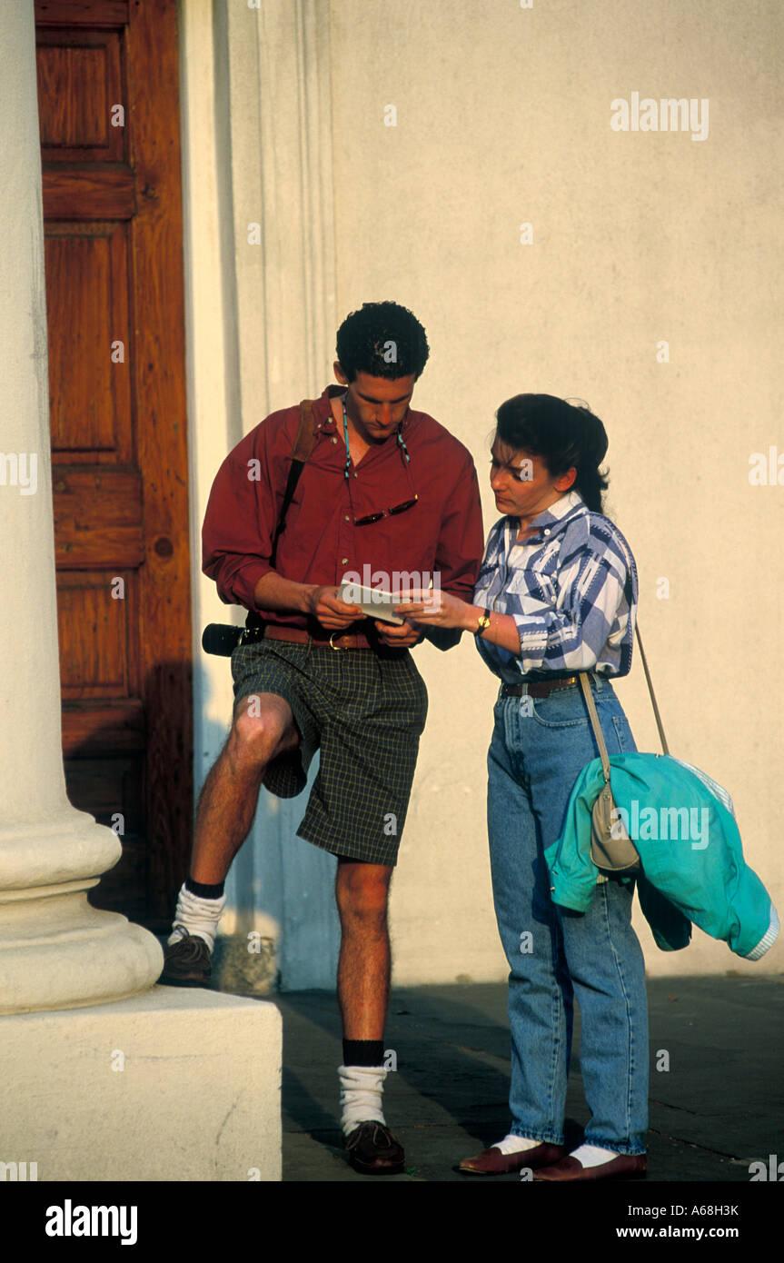 Touristen-paar Beratung eine Stadt Karte Charleston, South Carolina Stockbild