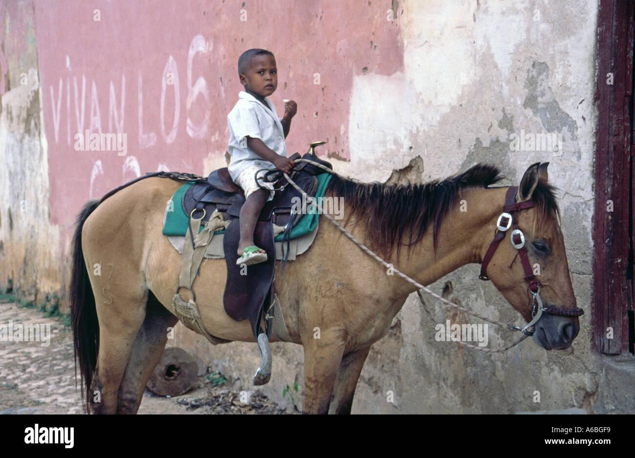 Kleiner Junge saß auf einem Pferd in Trinidad Kuba Stockfoto