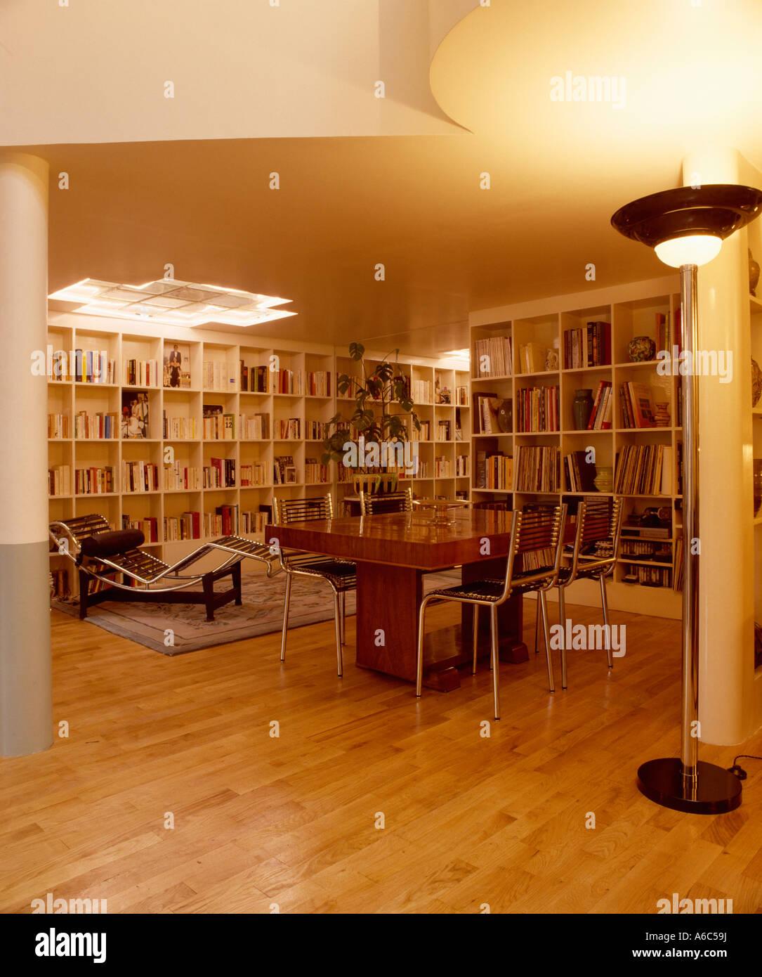 Große Offene Wohn  Und Esszimmer Mit Der Dreißiger Jahre Möbel Und Wände  Der Regale Und Polierten Holzboden