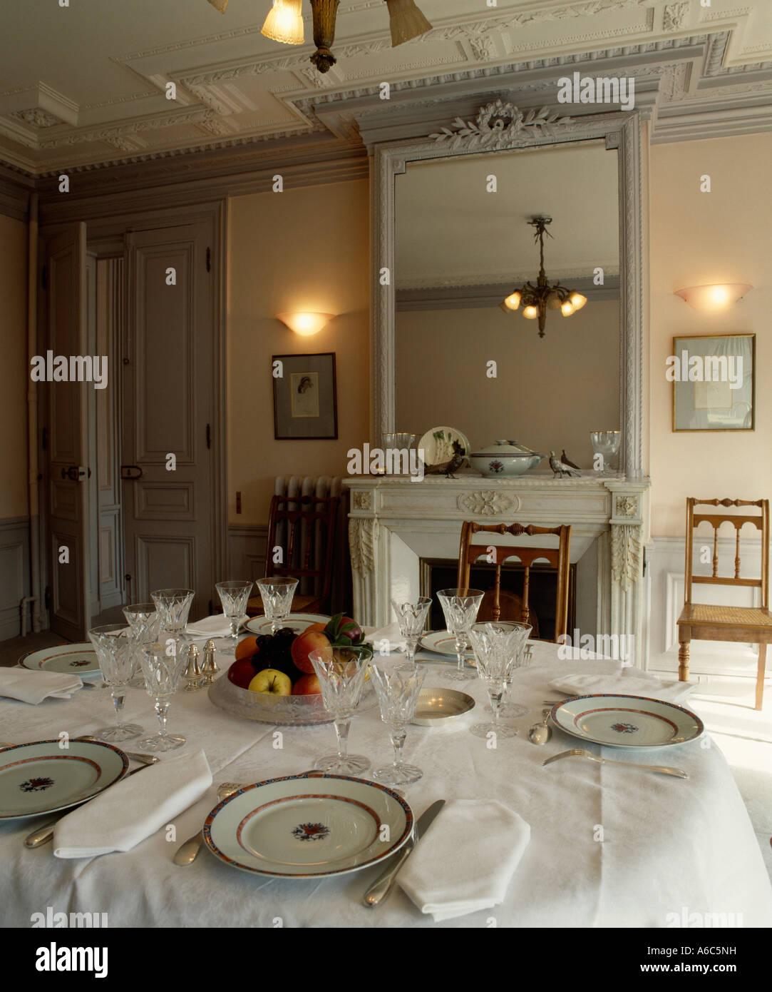 Spiegel überm Esstisch weißen leinentuch und servietten mit gedecke auf esstisch in