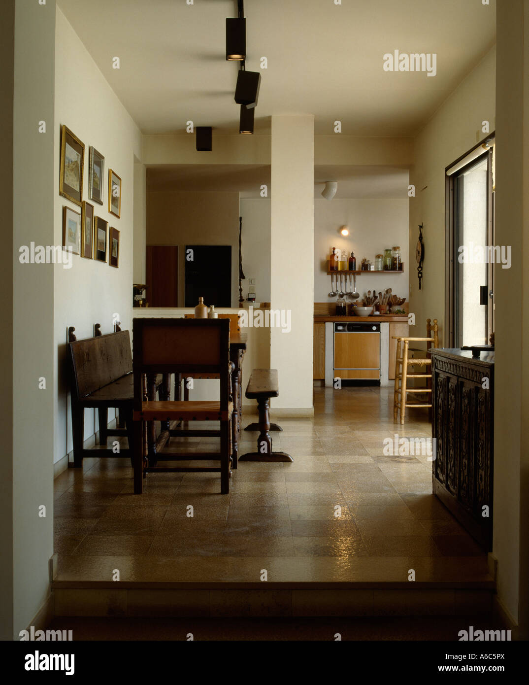 Neutrale Fliesenboden in offene moderne Küche Esszimmer Stockfoto ...