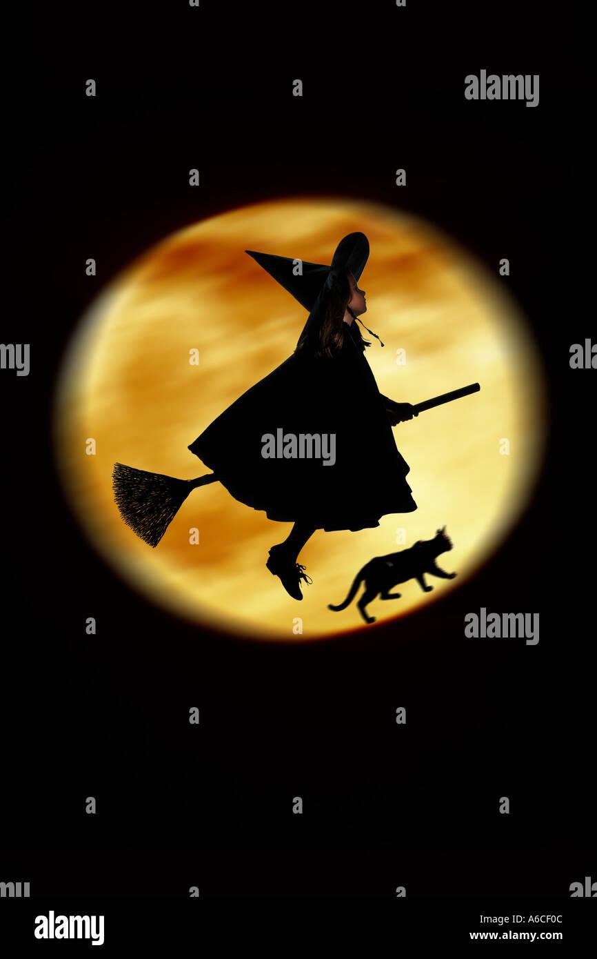 fünf Jahre altes Mädchen verkleidet als fliegende Hexe für Halloween Stockbild
