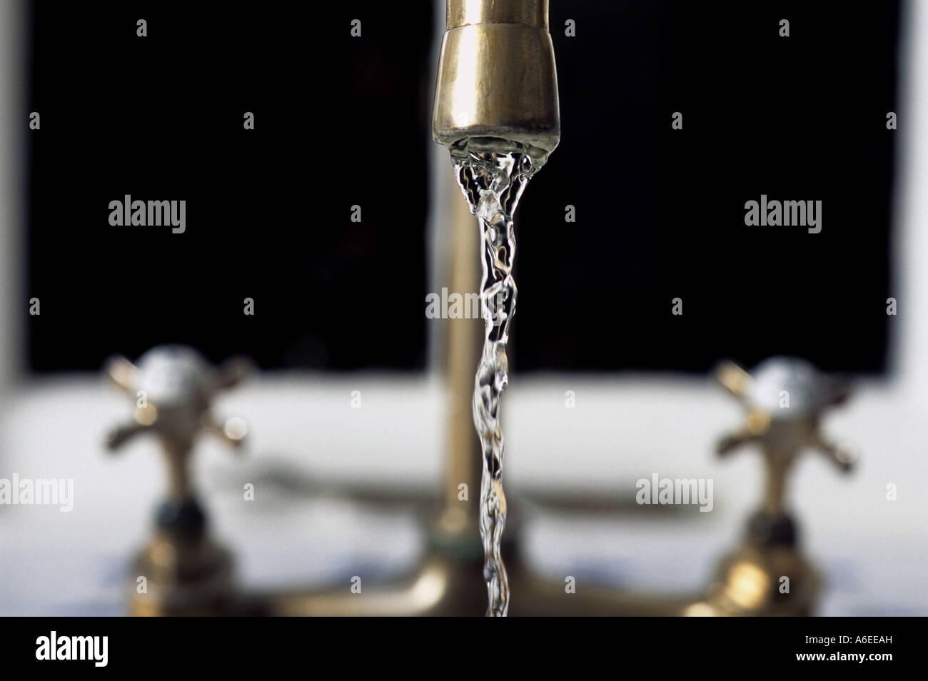Fließendes Wasser von Küchenarmaturen Waschbecken in einem Haus in ...