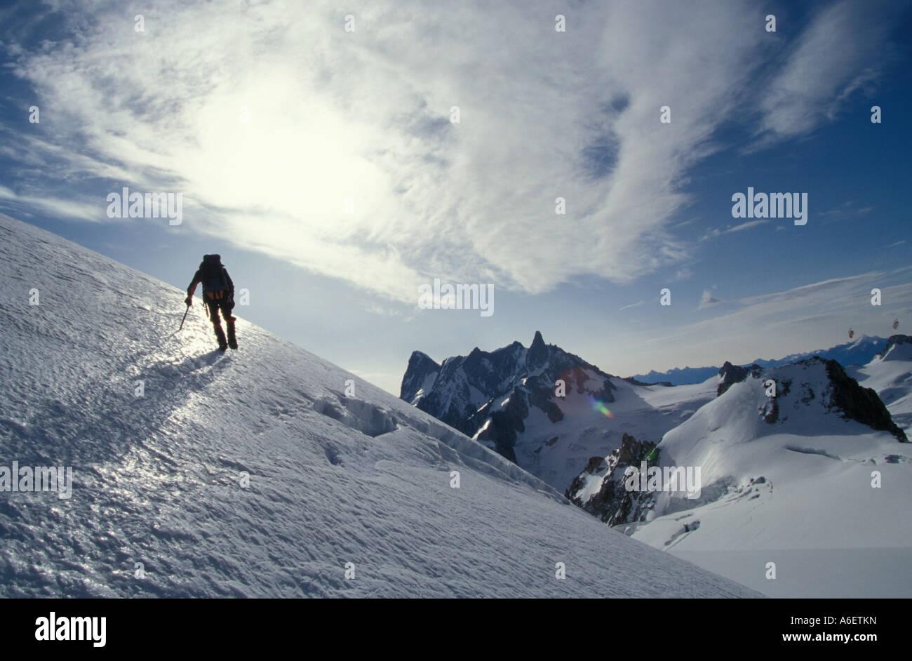 Kletterausrüstung In Der Nähe : Bergsteiger mit eis axt und steigeisen winter klettern in der nähe