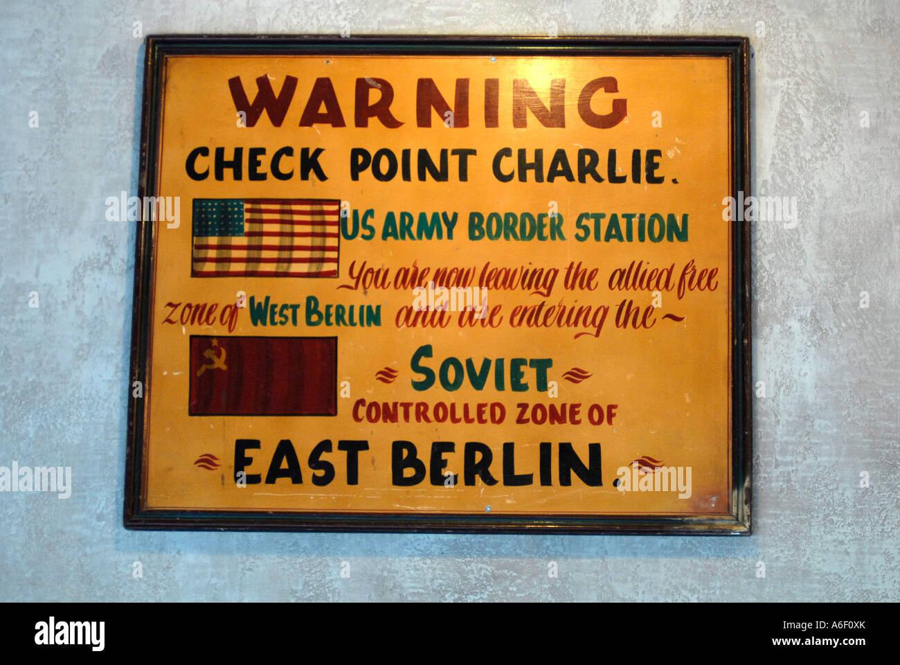 Checkpoint Charlie Zeichen aus der Zeit des Kalten Krieges von Berlin Stockbild