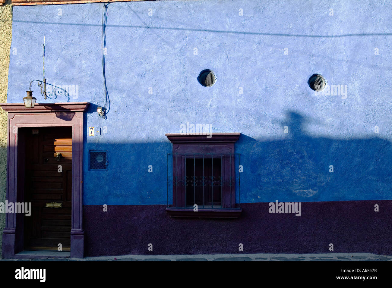 Blue Trim On Window Stockfotos & Blue Trim On Window Bilder - Alamy