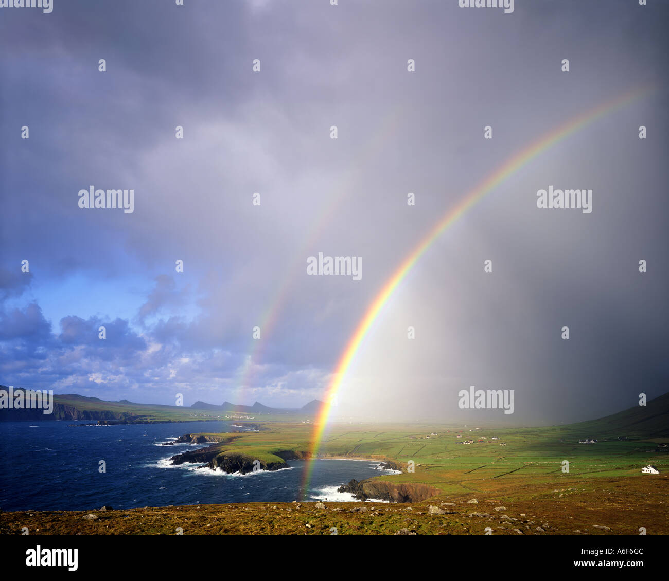 IE - CO. KERRY: Regenbogen über Ballyferriter Bay auf der Dingle-Halbinsel Stockbild