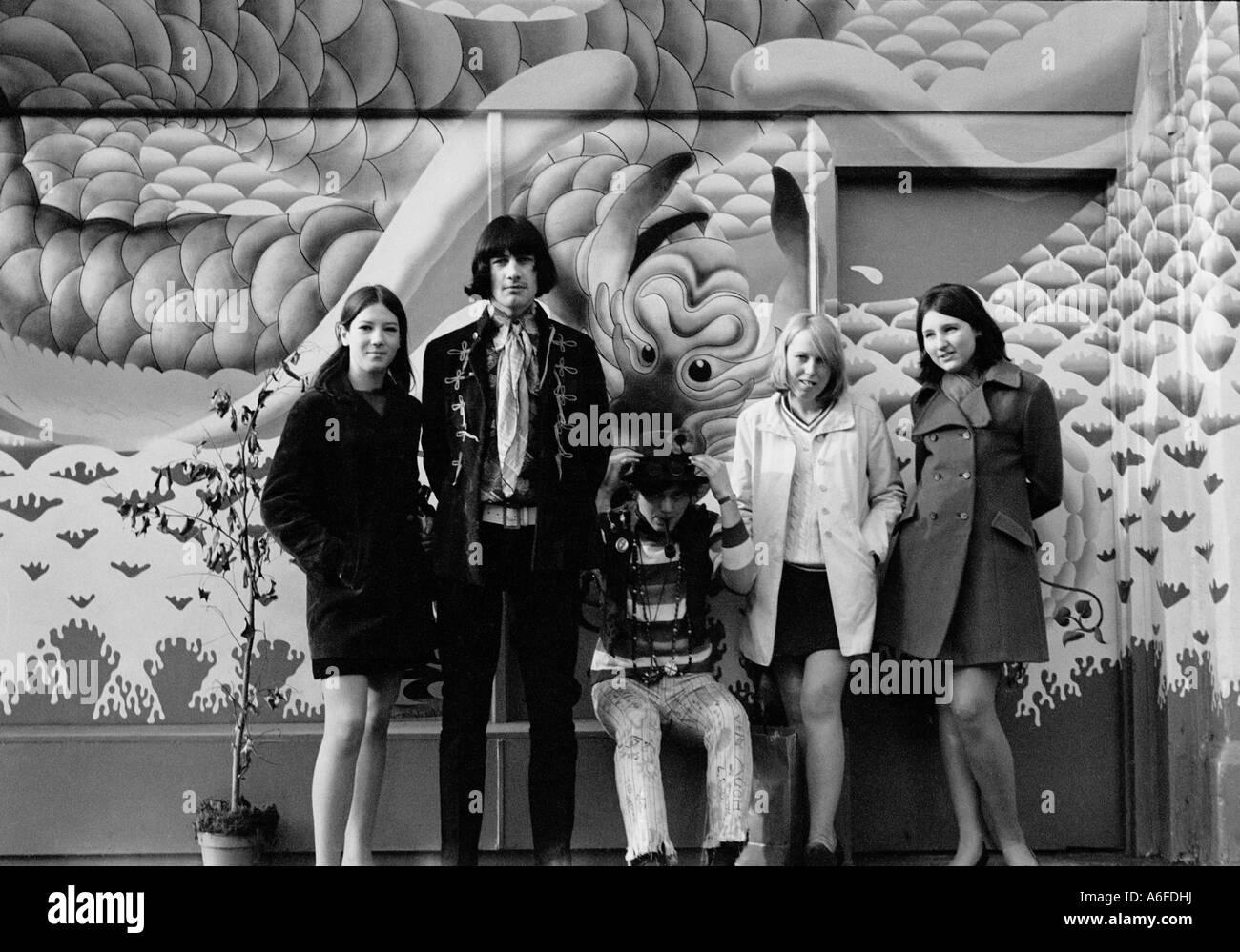 Jugendliche stehen vor einem Geschäft namens Oma fliegt im Kings Road London 1967. Stockfoto