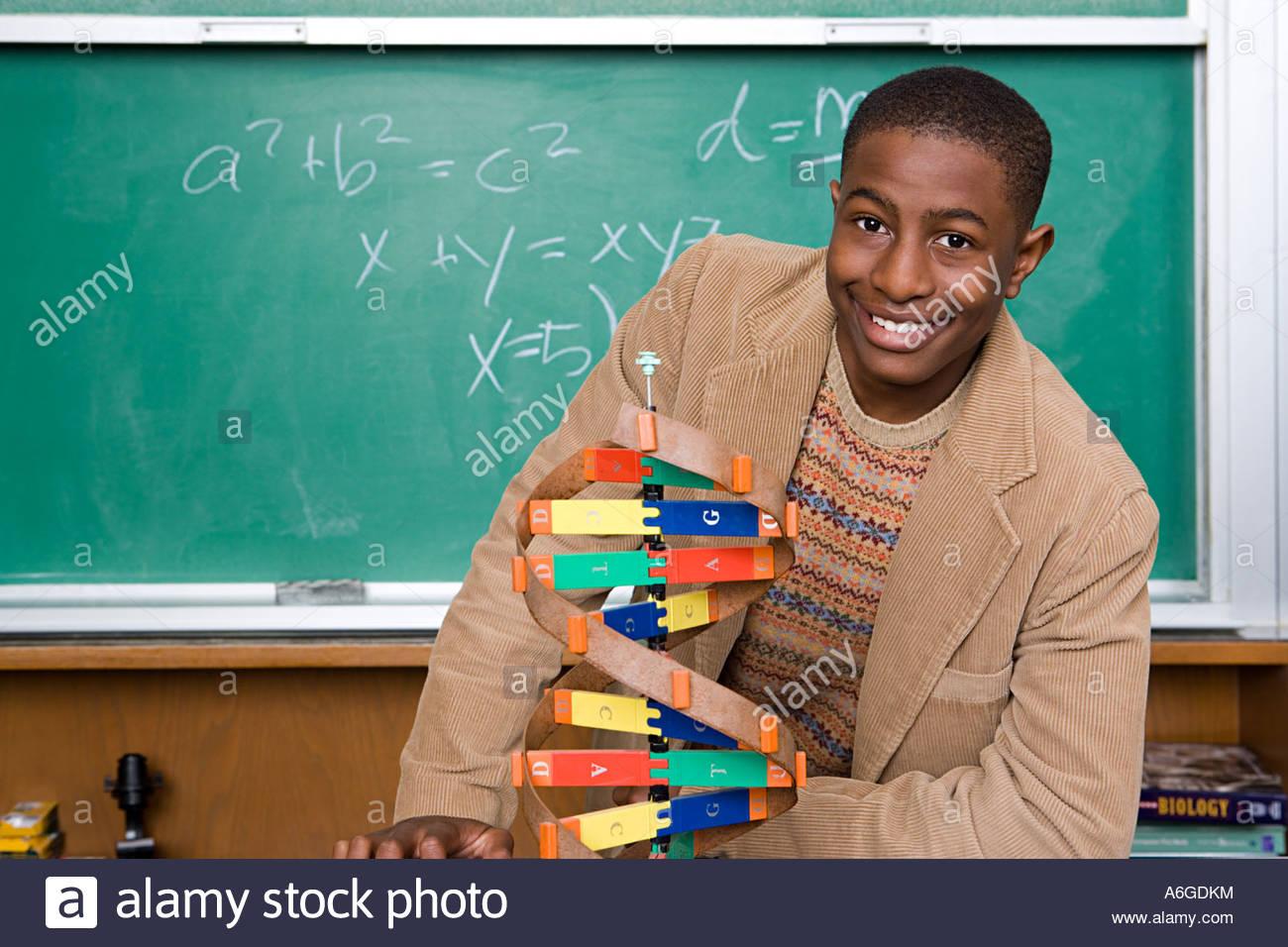 Junge mit Helix-Modell Stockbild