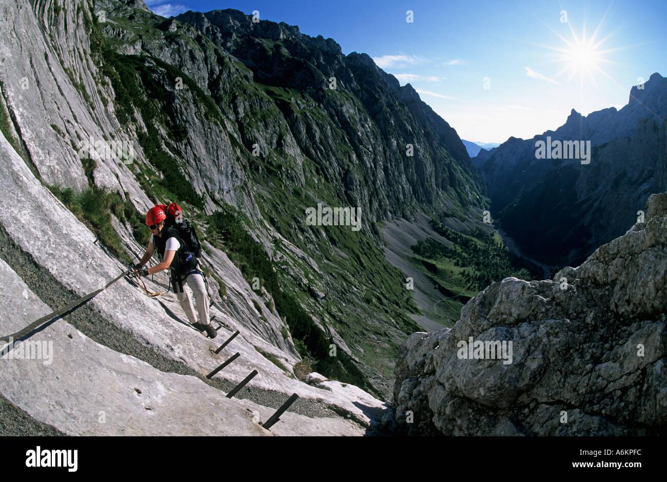 Klettersteig Deutschland : Herr frau klettern den klettersteig zur zugspitze hoellental
