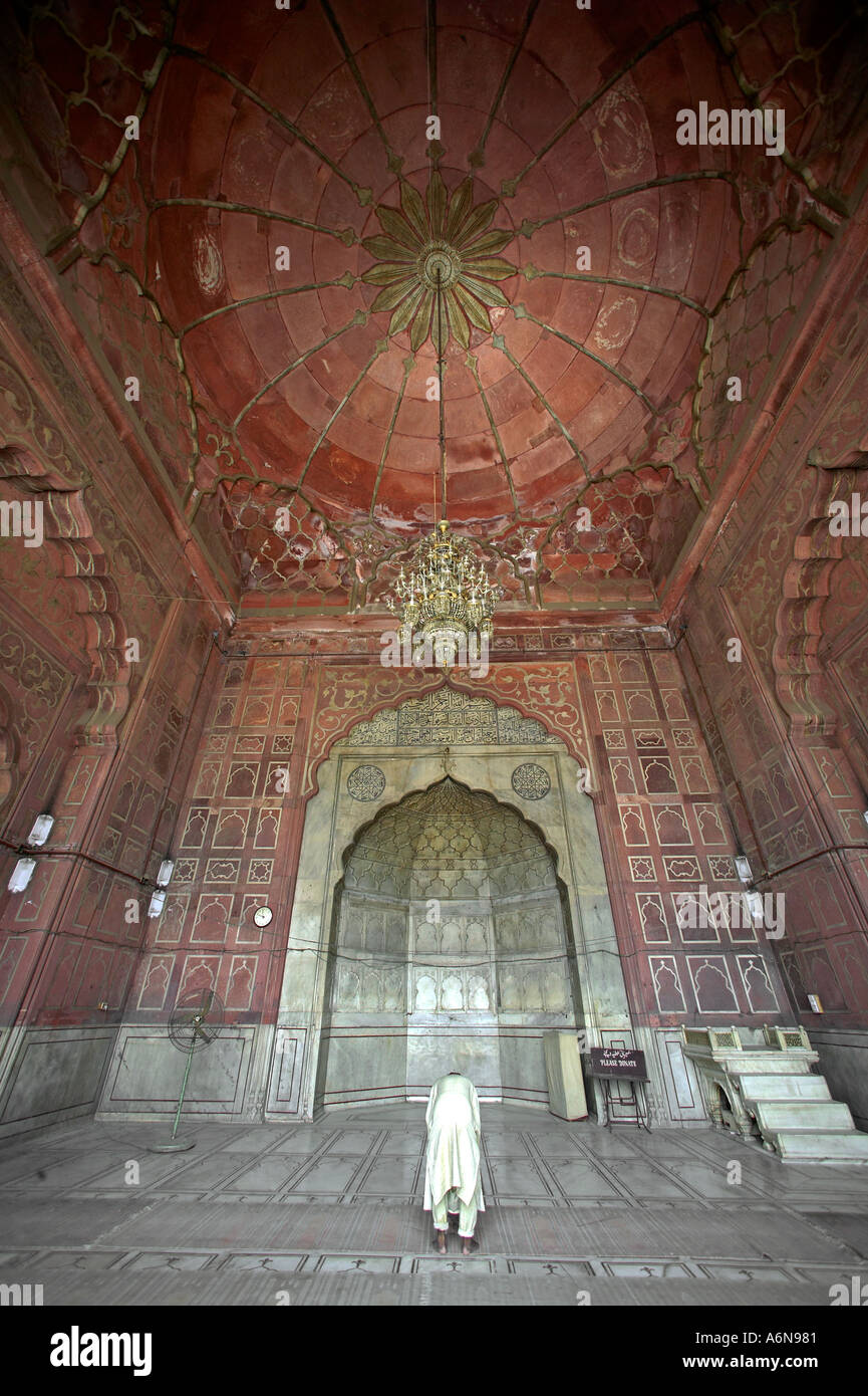 kronleuchter und moslems beten namaz in jama masjid moschee old delhi indien - Kronleuchter In Indien