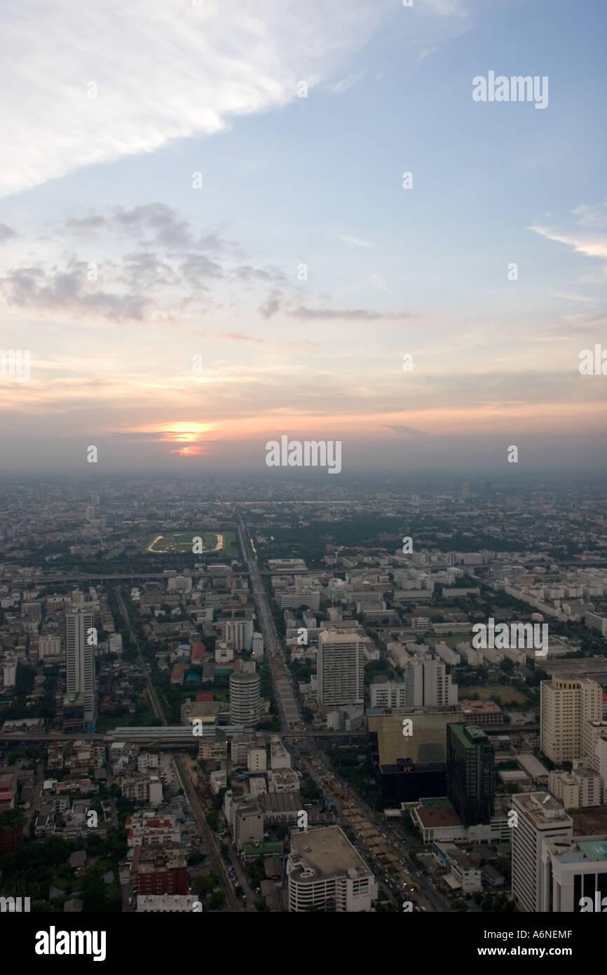 Vertikale Schuss von Bangkok bei Sonnenuntergang Stockfoto
