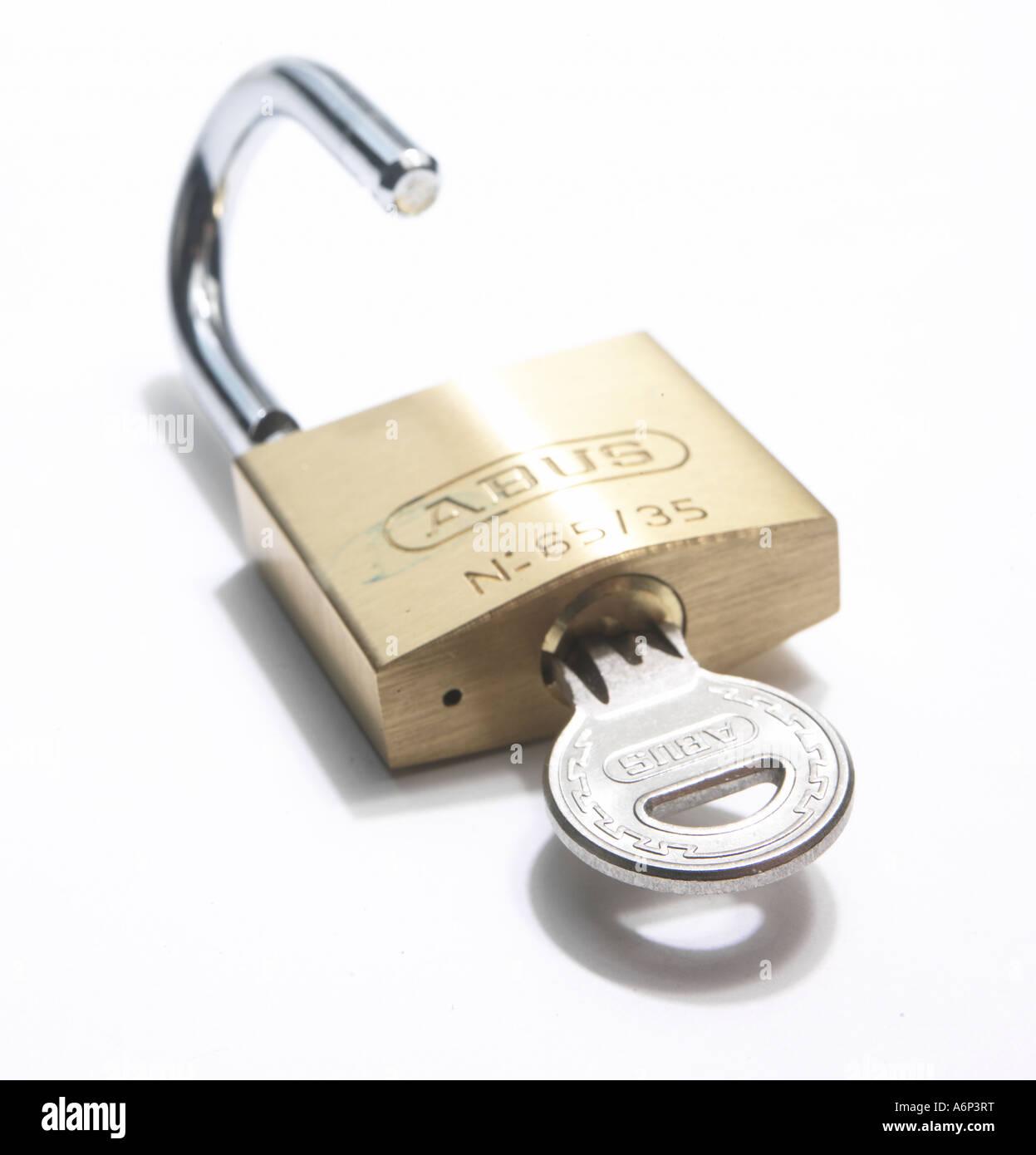Vorhängeschloss mit Schlüssel entriegelt Stockbild