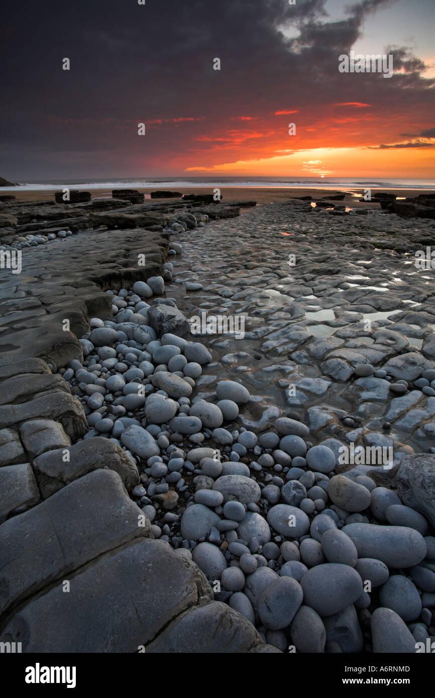 Dunraven Bay Abendsonne leuchtet unter Wolken am Southerndown auf der Erbe von South Wales Stockbild