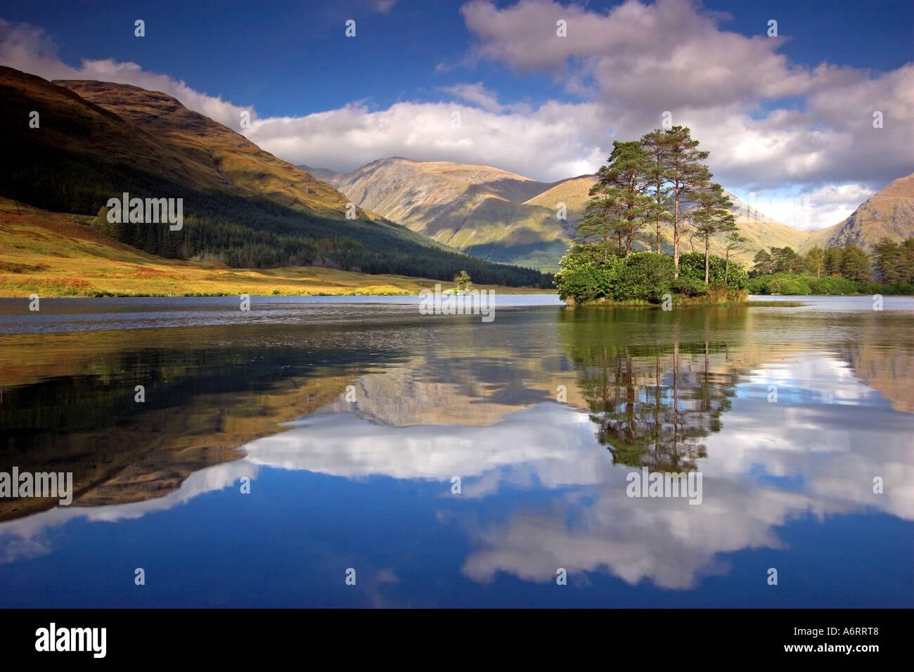 Ein perfektes Spiegelbild am Glen Etive in den schottischen Highlands.  Die einzige Insel, in der Sonne gebadet sitzt stolz auf den See. Stockbild