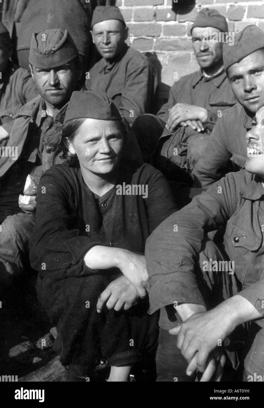 Veranstaltungen, Zweiten Weltkrieg/WWII, Kriegsgefangene, Russland, sowjetische Soldaten, darunter eine Frau, 1941, Stockbild