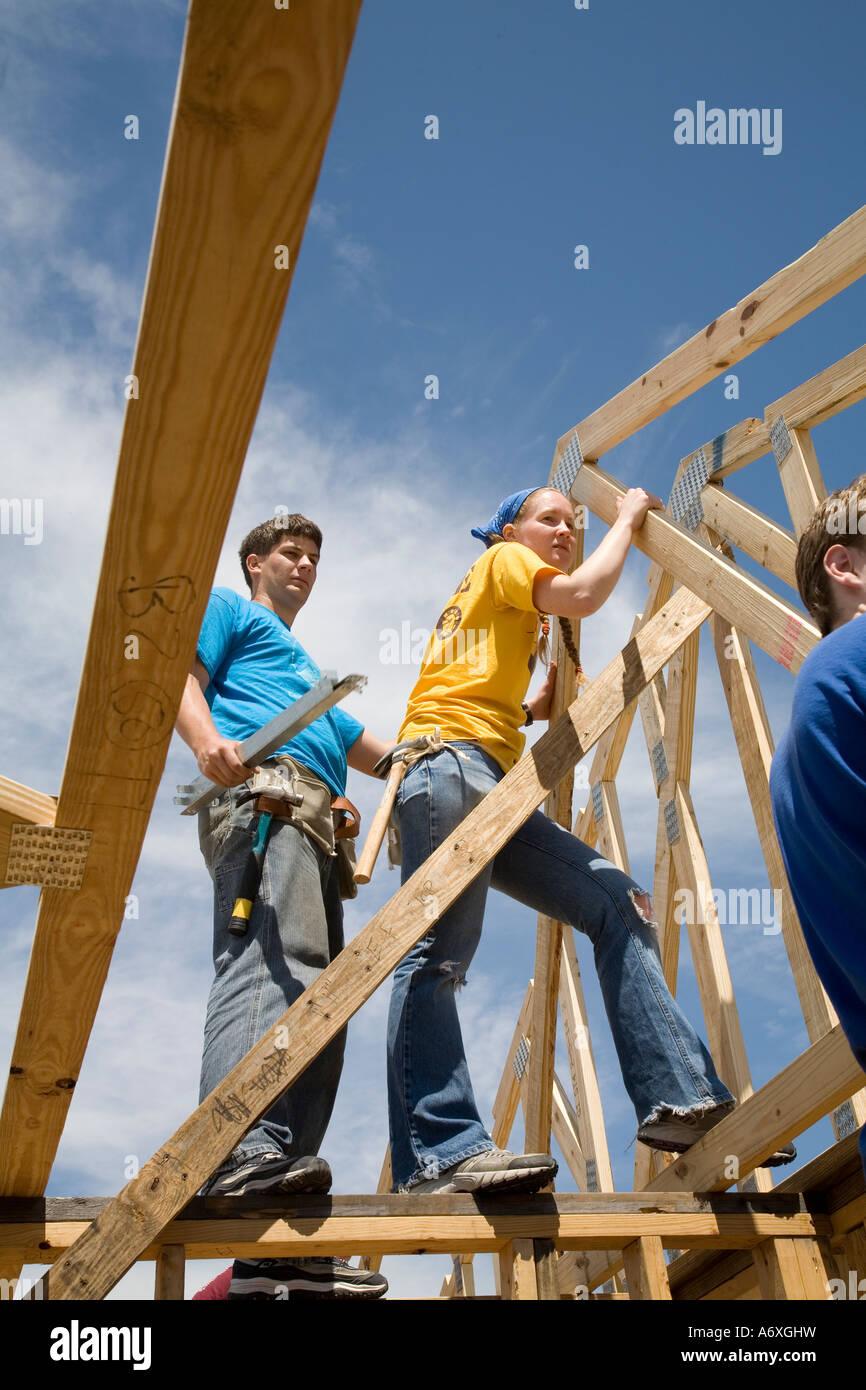 Freiwillige Helfer bauen Neubauwohnungen in New Orleans Stockbild