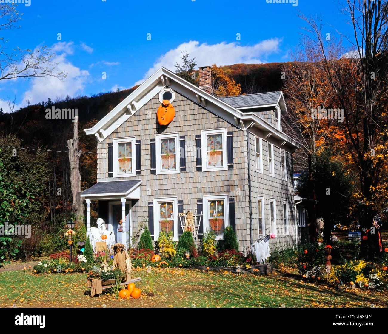 Festliche Halloween Haus Und Garten Dekoration Stadt Von Phoenicia Catskill Mountains Ulster County New York State Usa Stockfotografie Alamy