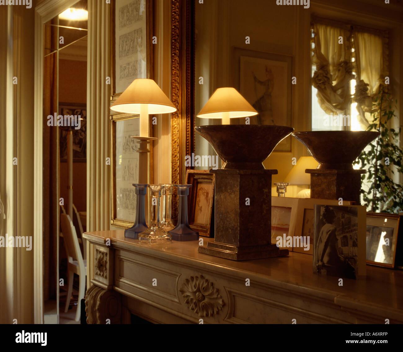 Nahaufnahme Von Beleuchteten Lampe Und Holzschale Auf Holz Sockel Auf  Kaminsims Mit Spiegelbild