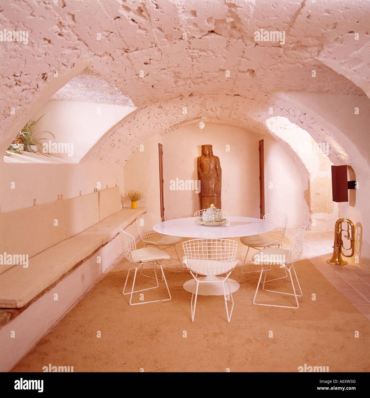 bankett bestuhlung unter fenster im keller esszimmer mit gebogenen rauen stein decke und modernen tisch - Esstisch Mit Bankettbestuhlung