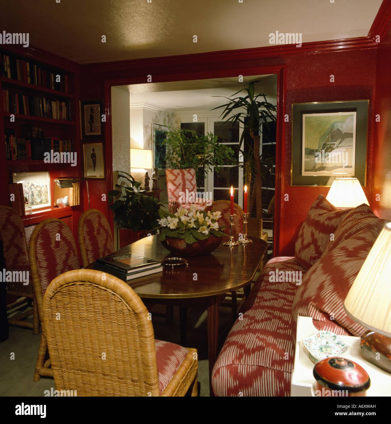 Rote Esszimmer Mit Bankett Bestuhlung Und Poliertem Holz Esstisch Mit  Korbstühlen Stockbild