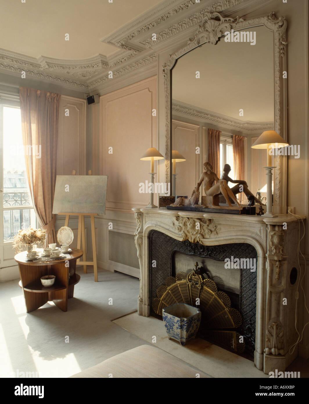 Großer antiker Spiegel mit weiß lackierten Rahmen über verzierten ...