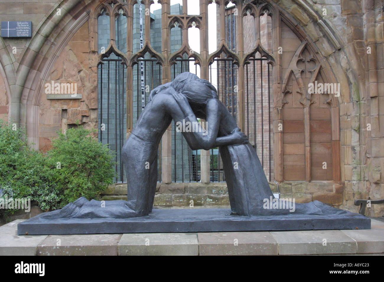 Eine Statue mit dem Titel Versöhnung durch Scuptress Josephina de Vasconcellos befindet sich in den Ruinen der Kathedrale von Coventry Stockbild
