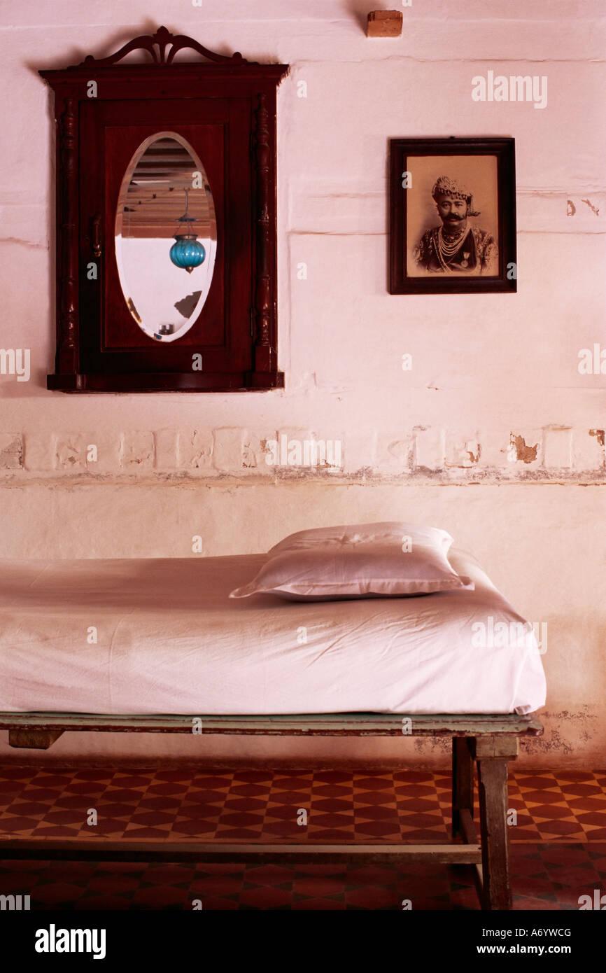 Interior Details Der Tagesbett Mit Alten Foto Von Einem Maharadscha In  Restaurierten Traditionellen Pol Haus Ahmedabad, Gujarat Staat Indien