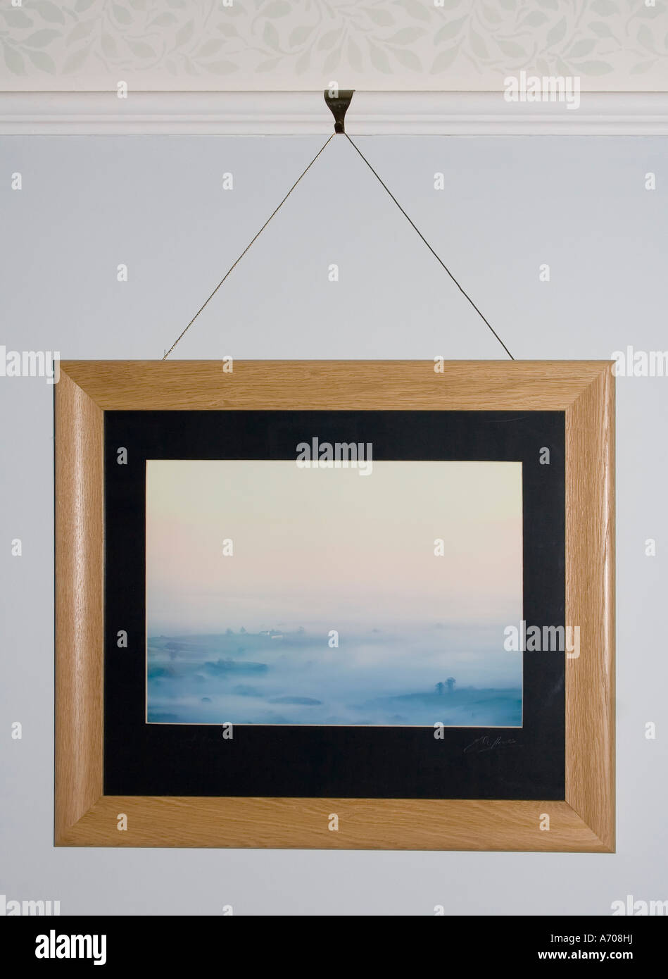 Foto im Eichenrahmen von Dado Schiene Wales UK Foto hängen ist Copyright veröffentlicht Stockbild