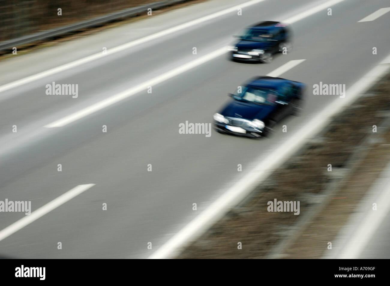 Schnelle Autos fahren auf der Autobahn, Geschwindigkeit, Verkehr ...